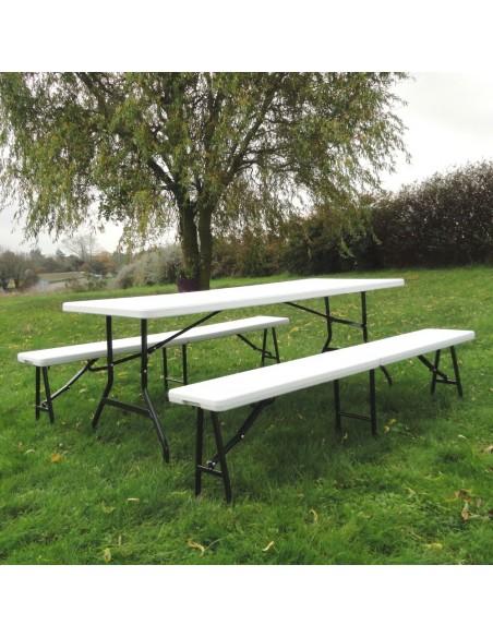 Table pliante avec deux bancs pliants en situation