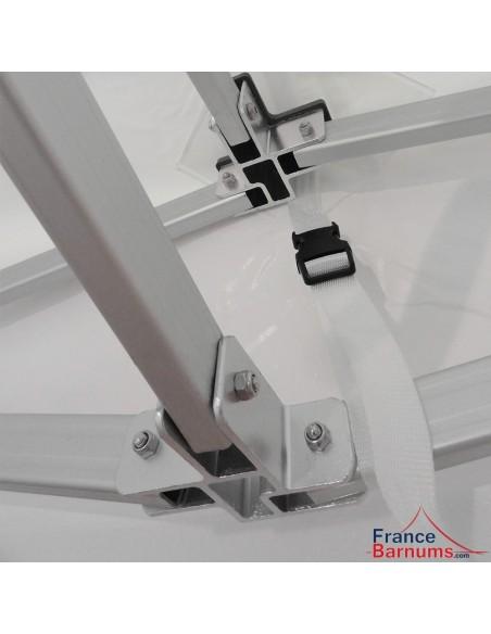 Bâche de toit équipée de sangles de tension réglables à attache rapide