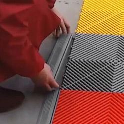 Le montage de nos dalles de contour en polypropylène est simple et rapide