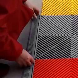 Les dalles de contour se clipsent facilement aux dalles de sol
