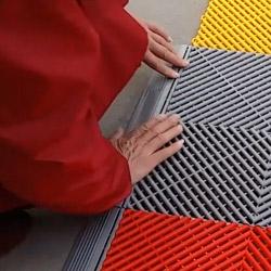 Une simple pression de la main permet d'assembler nos dalles de contour aux dalles de sol