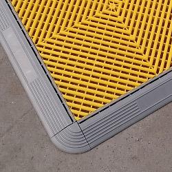 Les contours latéraux et d'angle permettent une finition impeccable de votre sol
