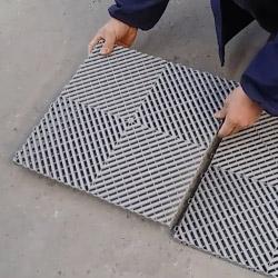 Installation de notre sol modulable à dalles clipsables