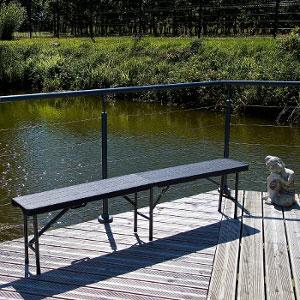 D'une capacité de 3 à 4 personnes, le piétement équilibré (3 pieds) de notre banc pliant noir offre une assise stable et sécurisée.